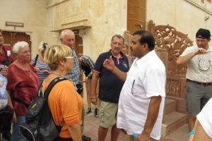 Als Reiseleiter zeigt er den Touristen Indien so, wie er es tagtäglich erlebt.