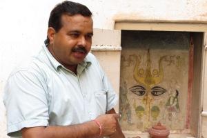 Udai Singh in seinem Element - er erklärt den Touristen sein Land.