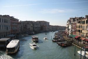 Am Grande Canale kann man mit den Wassertaxis, den Vaporetti, gemütlich ein paar Stationen in der Lagunenstadt abklappern.