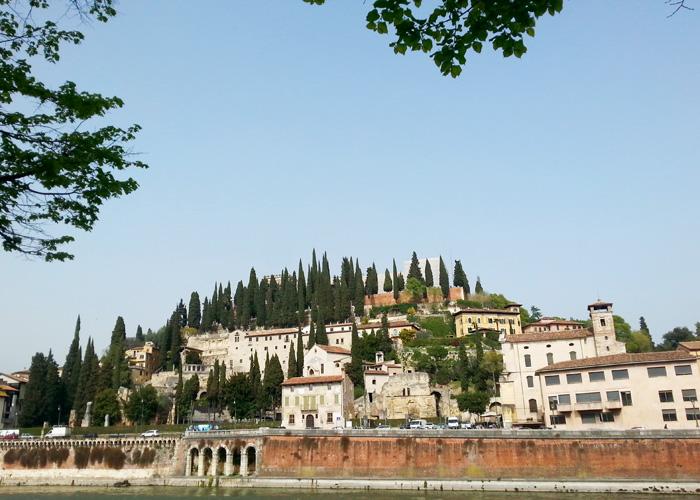 Blick auf Verona über den Fluss
