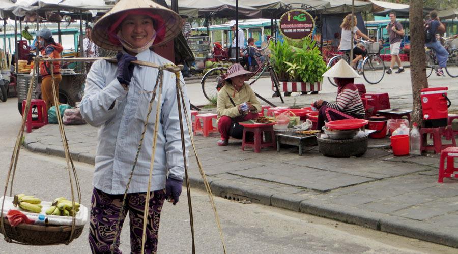 Vietnam_Straßenverkäuferin