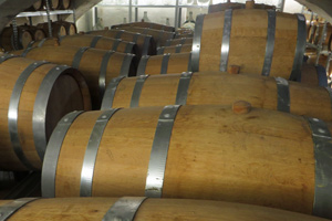 Whisky lagert in eigens angefertigten Holzfässern.