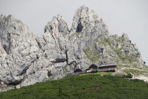 Die Werfener Hütte ist mit öffentlichen Verkehrsmitteln und einer Wanderung gut zu erreichen.