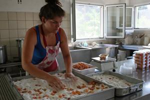 Die Kumquat werden in Zucker gewälzt.