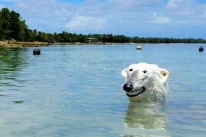 Künstlerprojekt am Klimagipfel: Dem Eisbären steht das Wasser bis zum Halse.