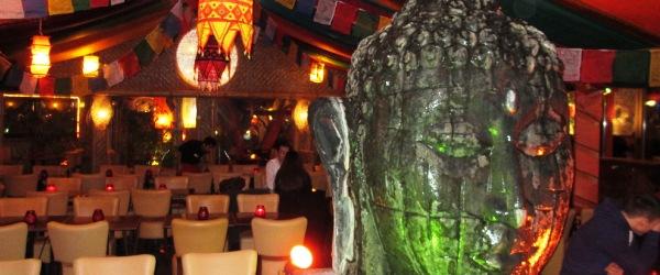 Restaurant Mirchi in Berlin-Kreuzberg: Ein Brunnen in Form eines überdimensionalen Buddha-Kopfes zieht im Speisezelt die Blicke auf sich.
