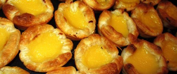 Klassisches portugiesisches Dessert mit Vanillefüllung