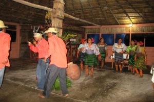 Etwas befremdlich wirkt der Freudentanz der Kuna, der für die Touristen täglich zur Schau gestellt wird.