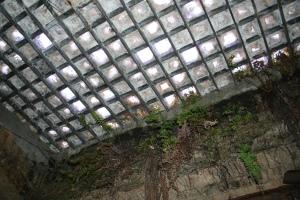 Über die Glasbausteine im Boden des Gehweges laufen täglich tausende Beine. Von unten merkt man davon wenig, denn hier taucht man mit den Underground Tours in die Vergangenheit ein.