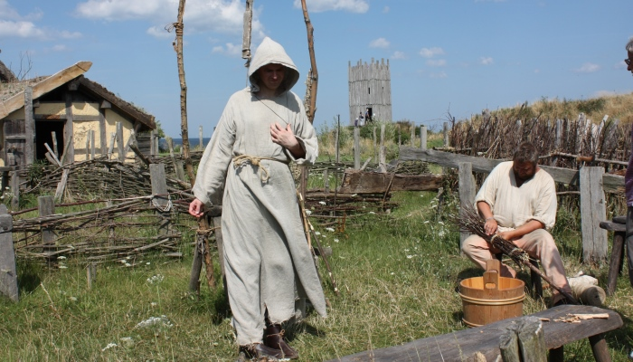 Die Rollenverteilung im Dorf dient jedem, so helfen alle zusammen, um das Leben der alten Wikinger zu rekonstruieren.